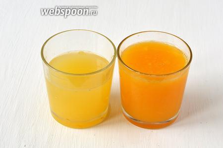 Выжать сок из лимонов и апельсинов.