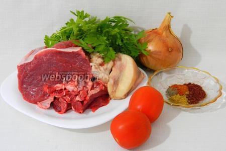 Для приготовления кебаба в копчёном сулунгуни возьмём мякоть говядины, курдючное сало, лук, помидоры, петрушку, сумах, карри, перец красный, перец чёрный, соль по вкусу.