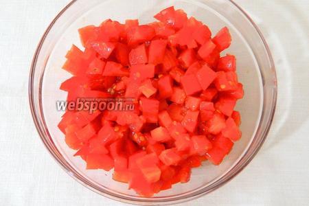 Так же мелко нарезаем помидоры.
