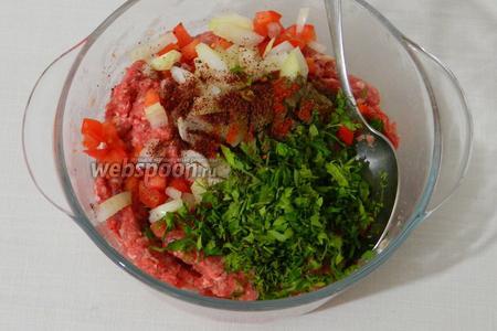 Все измельченные ингредиенты добавляем в мясо, так же добавляем приправы и специи. Тщательно перемешиваем.