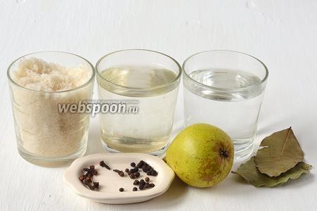Для приготовления маринованных груш нам понадобятся твёрдые груши, сахар, столовый уксус, вода, гвоздика, лавровый лист, перец чёрный горошком.
