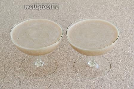Быстро разлить самбук в стеклянные вазочки или другие формочки и поставить в холодильник для застывания. Подать со сливочным мороженым. Можно украсить сахарной посыпкой.