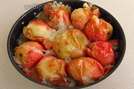 Яблоки тщательно вымыть, выложить в огнеупорную форму, влить немного воды, поставить в духовку, разогретую до температуры 180 °С, и выпекать до состояния превращения в пюре.