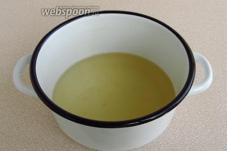 Распустить желатин на водяной бане и остудить до комнатной температуры.