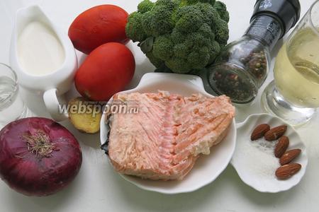 Для приготовления салата возьмём отварную сёмгу, брокколи, специи, сливки, помидоры, лук, орехи для подачи.