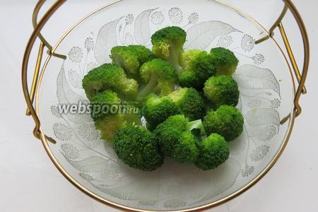 Выкладываем капусту, овощи можно предварительно подержать в луковом маринаде.