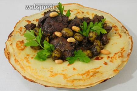 Традиционно печень выкладывают на блин и подают с зеленью, овощами. Приятного аппетита!