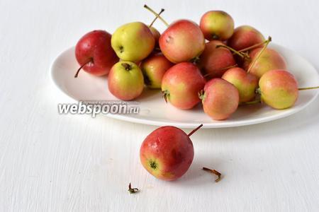 Отрезать у каждого яблочка половину черенка и плодоножку.