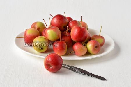 Наколоть каждое яблоко в 6-8 местах.