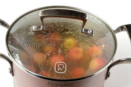 Тем временем опустить яблоки в кипящую воду на 4 минуты.