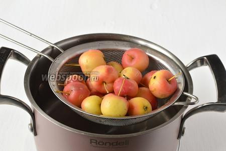 Сразу охладить бланшированные яблоки в холодной воде.