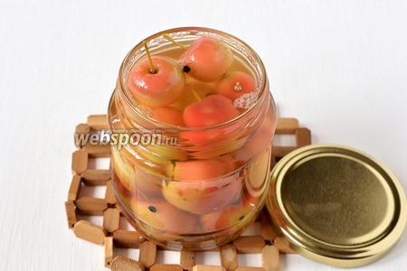 Залить кипящим маринадом (предварительно удалив бадьян и корицу из маринада) и стерилизовать пол-литровые банки 20 минут.