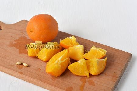 Апельсины остудить, порезать, вынуть косточки.