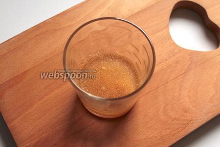 Желатин залить холодной кипячёной водой и оставить на полчаса. Затем распустить его на водяной бане.