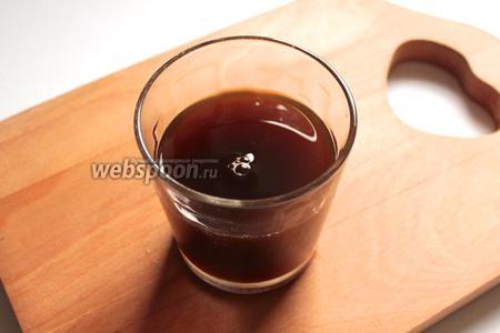 В кипятке растворить кофе, сахар, перемешать.