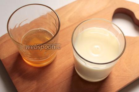 В тёплое молоко добавить ванилин и половину желатина.