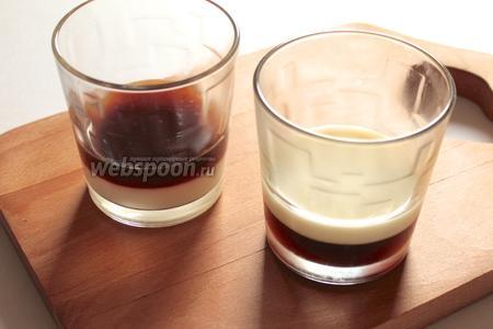 На застывший слой кофе налить молоко с желатином. Поставить застывать в холодильник.