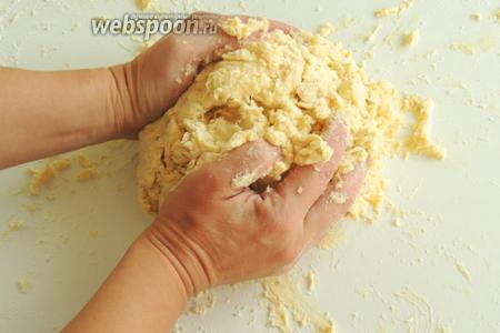 Формируем клубок, прижимая руками со всех сторон.