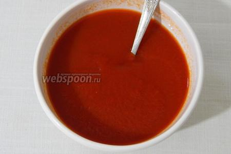Разводим в небольшом количестве воды томатную пасту. Лучше взять томатный сок.