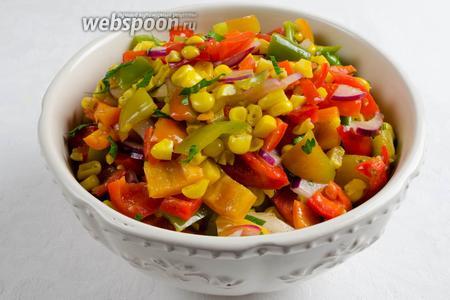 Добавить в салат резаную петрушку. Выложить в салатник. Подавать тёплым к обеду.