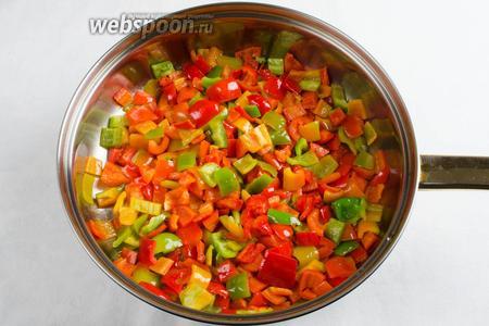 На разогретом растительном масле 2 ст. л. спассеровать перец в течение 5-7 минут. Следить, чтобы перец не стал мягким. Кусочки перца должны хрустеть. Выложить готовый перец в миску.