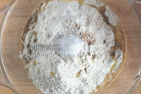 Просейте в миску с дрожжами муку, добавьте масло, соль и отруби.