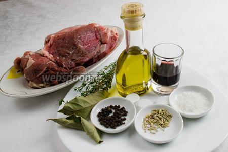 Чтобы приготовить блюдо, нужно взять: свинину мякоть, масло оливковое, соль, чеснок; пряности для маринада: перец чёрный, семена фенхеля, тимьян, лавровый лист, красное сухое вино.