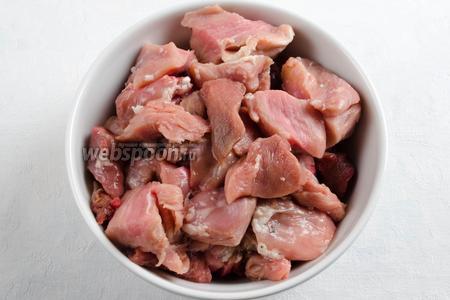 Мясо нарезать небольшими кусками.