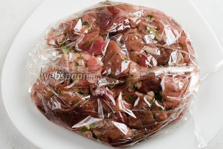 Выложить мясо в пакет для запекания. Связать его по бокам, предварительно выпустив воздух. Положить в холодильник на 6 часов мариноваться.