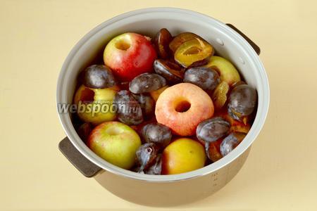 У вымытых яблок удаляем сердцевину, кожицу не счищаем. Сливы разрезаем пополам, удаляем косточки. Кладём все подготовленные фрукты в чашу мультиварки (у меня Polaris) вливаем воду, включаем Мультиповар, установив время 20 минут и температуру 120 ºC, чтобы фрукты размягчились.