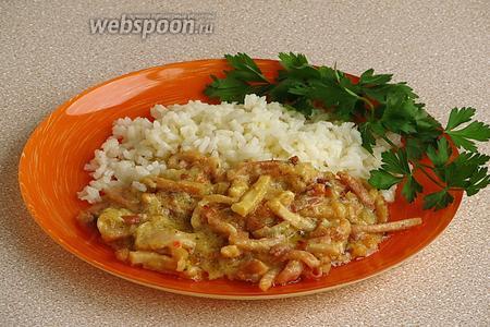 Подать бефстроганов с картофельным пюре или отварным рисом.