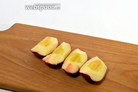 Яблоки помыть. Очистить от серцевины.