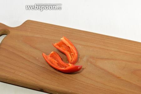 Острый перец очистить от хвостиков и семян.