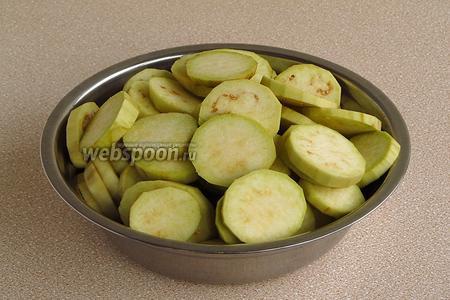 С баклажанов снять кожицу и нарезать их кружочками или другими кусочками (в зависимости от величины плодов).