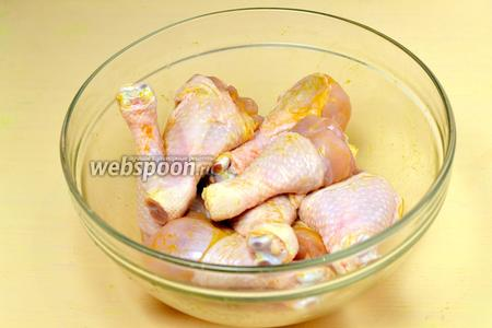 Вымытые куриные ножки солим, посыпаем карри, натираем и оставляем пропитываться.