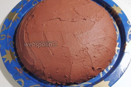 Покрываем сверху и вокруг торт оставшимся кремом, выравниваем. Убираем в холодильник на 2 часа.