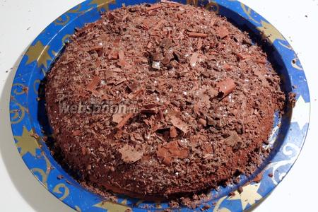 Посыпаем стружками весь торт. Приятного аппетита!