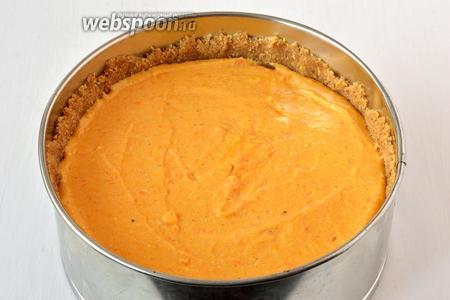 Выложить начинку на основу из печенья.
