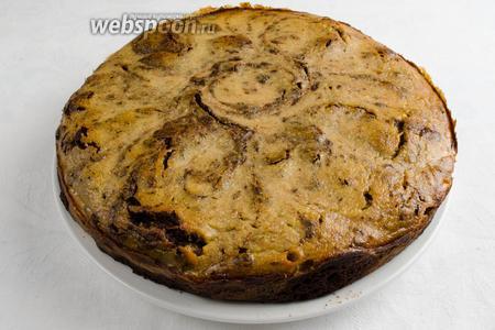 Вынуть пирог из формы. Нарезать порционно. Подавать к ужину или на перекус с чашечкой кофе.