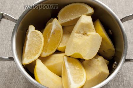 Поместить ломтики айвы и лимон, разрезанный на 4 части, в кастрюлю. Залить водой, чтобы продукты полностью покрыло и варить 30 минут.