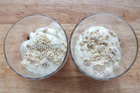 Поверх распределите половину крема, добавьте немного халвы.