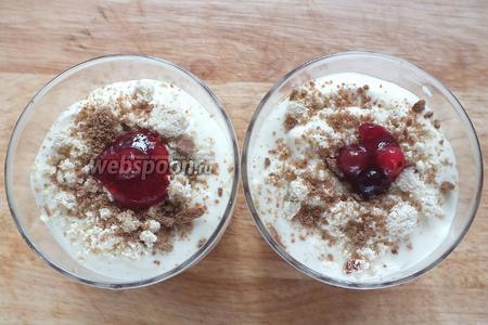 Повторите шаги 4 и 5. Украсьте верх десерта мелкой крошкой из печенья и ягодами из джема. Уберите в холодильник на 2 часа, прикрыв поверхность пищевой плёнкой, чтобы десерт не впитывал лишние запахи.