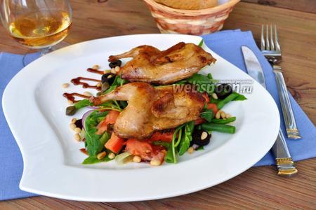 Тёплый салат с перепёлками