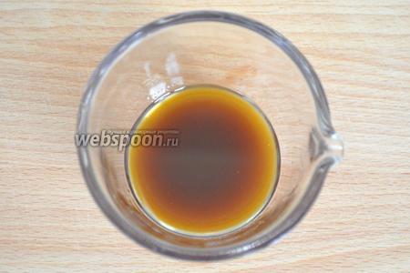Для соуса смешаем оливковое масло, винный уксус и соевый соус. Можно добавить и устричный соус, но я его нанесла на тарелку в качестве декора. Взобьём до однородной эмульсии.