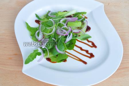 Украшу тарелку устричным соусом, порву листики салата Ромэн и выложу их вместе с рукколой. Добавлю лук. Формируйте салат на одной половине тарелки, потому как в процессе поедания на второй половине сможете спокойно резать перепелку.