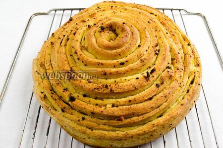 Готовый хлеб вынуть из духовки. Остудить на решётке.