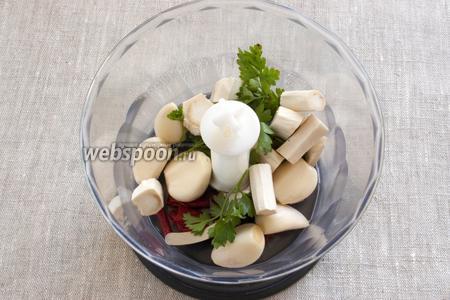 Хрен и чеснок почистить, острый перец освободить от семян и крупно нарезать. Поместить вместе с петрушкой в чашу блендера.