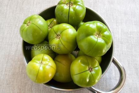 Чистые помидоры не до конца надрезать сверху крестообразно.