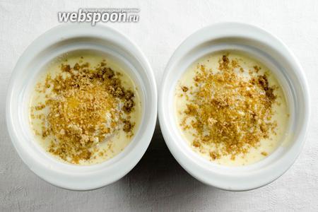 Посыпать десерт. Поставить в горячую духовку. Запекать при температуре 180°C в течение 30 минут в режиме гриль.