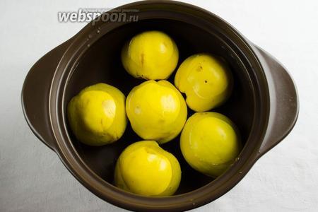 Быстро выложить фрукты срезом вниз и залить холодной водой. Добавить мёд, размешать. Поставить на огонь. Варить на медленном огне в течение 30-40 минут (в зависимости от размера и зрелости фруктов). Фрукты должны стать мягкими, но держать форму.
